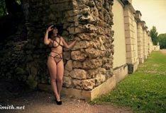 Jeny Smith de lingerie na cidade