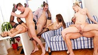 Casais swinger fazendo orgia anal e vaginal