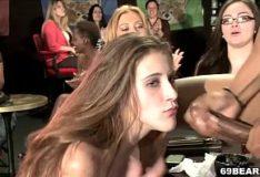 Party das mulheres em orgia em uma boate
