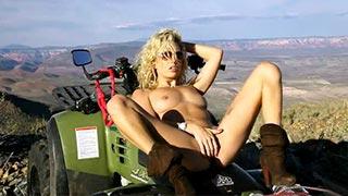 Kiara Diane masturbando-se em seu quadriciclos