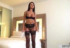 Elegante morena Ania Kinski de lingerie porn