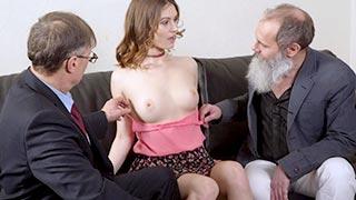 Netinha em videos de sexo com velhos