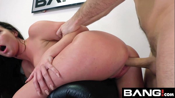 Rabuda gostosa fodendo sua bela buceta com seu parceiro dotado em um maravilhoso porno amador