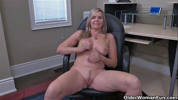 Peituda maravilhosa se divertindo na masturbação